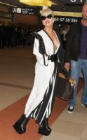 Lady Gaga - Tokyo - 23-12-2011 - La stravaganza arriva anche in aeroporto per Lady Gaga