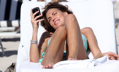 Claudia Galanti - Miami - 06-12-2012 - Gli smartphone influenzeranno l'evoluzione dell'uomo