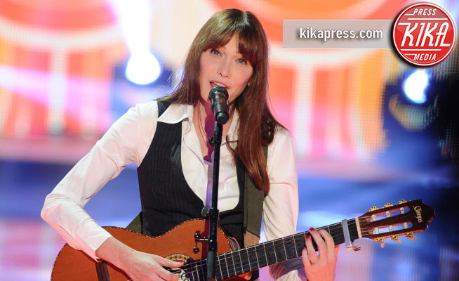 Carla Bruni - Parigi - 02-05-2013 - Carla Bruni a Verissimo: