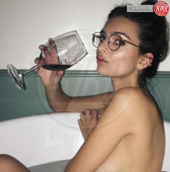 Le star si fotografano nude nella vasca da bagno - Kikapress.com