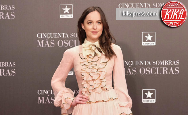Dakota Johnson - Madrid - 08-02-2017 - Balze, fiocchi e gonnelloni: un red carpet da far west!