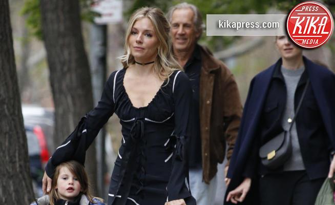 Edwin Miller, Marlowe Sturridge, Savannah Miller, Sienna Miller - New York - 19-04-2017 - Sienna Miller, Brad Pitt può attendere: ora c'è solo la famiglia