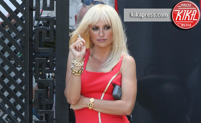 Penelope cruz la versione sexy di donatella versace for Donatella versace beach