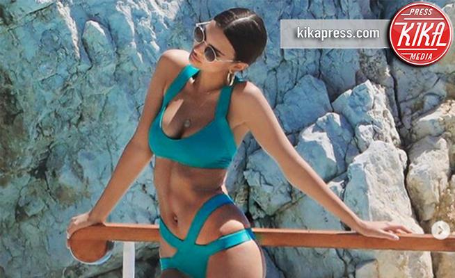 Emily Ratajkowski - Cannes - 22-05-2017 - A fascia, con volant o cutout: scegli il bikini dell'estate!