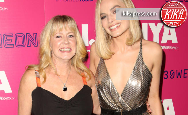Tonya Harding, Margot Robbie - Los Angeles - 06-12-2017 - I, Tonya: Margot Robbie in Versace al fianco di Tonya Harding