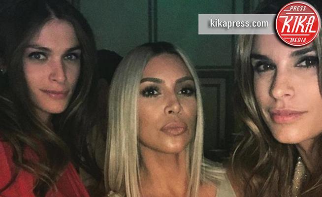 Elisa Sednaoui, Kim Kardashian, Elisabetta Canalis - 07-12-2017 - Elisabetta Canalis, selfie con Kim Kardashian