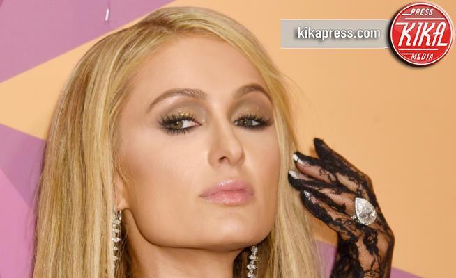 Paris Hilton - Beverly Hills - 07-01-2018 - Paris Hilton sfoggia l'anello di fidanzamento al party HBO