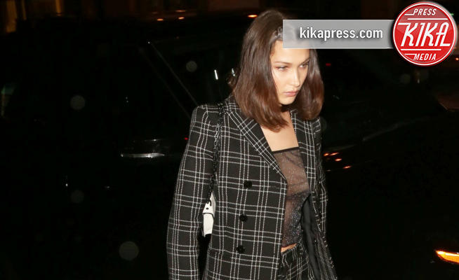 Bella Hadid - West Hollywood - 13-03-2018 - Bella Hadid osa con la trasparenza e va fuori di seno