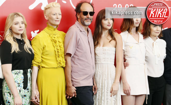 Dakota Johnson, Luca Guadagnino, Tilda Swinton - Venezia - 01-09-2018 - Venezia 75: Dakota Johnson sceglie un look a tema col suo film