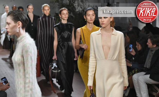 separation shoes 2eed5 8a3e3 Milano Fashion Week: rigore e volumi per la sfilata Jil ...