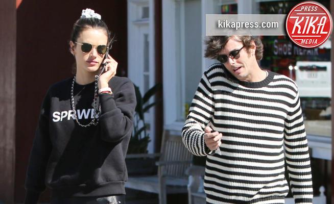 Nicolò Oddi, Alessandra Ambrosio - Brentwood - 13-03-2019 - Ambrosio - Oddi: l'amore è... una telefonata a qualcun altro!