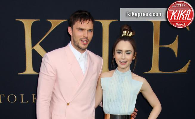 08-05-2019 - Lily Collins multicolor, Nicholas Hoult è un Tolkien in... rosa!
