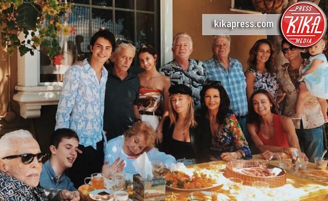 Dylan Douglas, famiglia Douglas, Peter Douglas, Diandra Luker, Cameron Douglas, Kirk Douglas, Catherine Zeta Jones, Michael Douglas - Hollywood - 21-08-2019 - Fenomenale famiglia Douglas, lo scatto da record