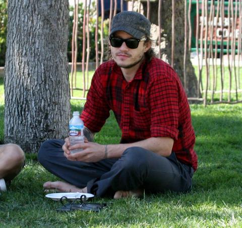 Heath Ledger - Malibu - 23-10-2006 - Condannato un uomo che si spacciava per il padre di Heath Ledger
