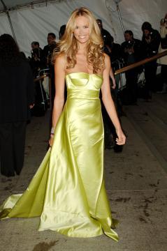 Elle Macpherson - New York - 02-05-2005 - Elle MacPherson compie 54 anni ma il tempo per lei si è fermato