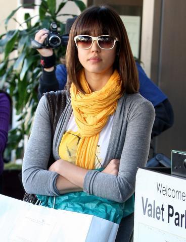 Jessica Alba - Los Angeles - 07-01-2009 - Jessica Alba confonde la Svizzera con la Svezia