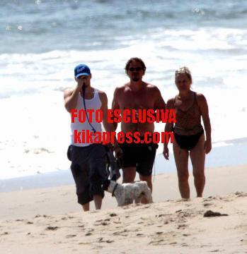 Leonardo DiCaprio - Malibu - 09-05-2005 - Anche i VIP in spiaggia con i fidati amici a quattro zampe