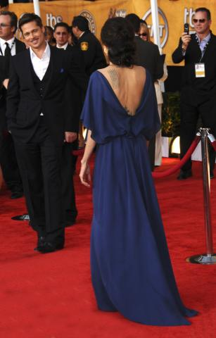 Angelina Jolie - Los Angeles - 25-01-2009 - Ai SAG Angelina Jolie stravolge la moda indossando il vestito al contrario