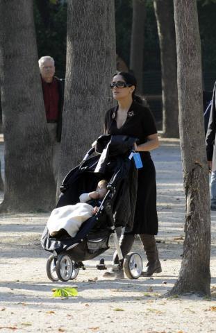 Salma Hayek - Parigi - 26-09-2008 - Salma Hayek non si tira indietro e allatta un bambino in Sierra Leone