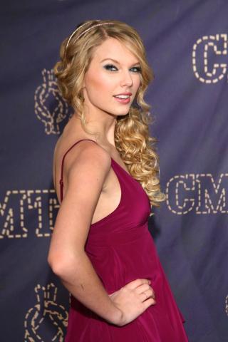 Taylor Swift - Nashville - 14-04-2008 - Taylor Swift dona il proprio vestito per un'iniziativa di beneficenza.