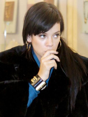 Lily Allen - New York - 10-02-2009 - Lily Allen ci ricasca e picchia un altro paparazzo