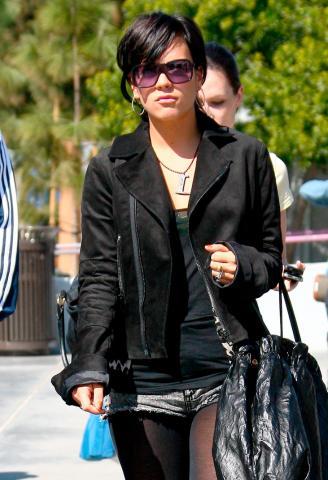 Lily Allen - Beverly Hills - 19-02-2009 - Lily Allen ci ricasca e picchia un altro paparazzo