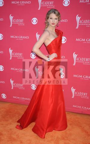 Taylor Swift - Las Vegas - 05-04-2009 - Taylor Swift dona il proprio vestito per un'iniziativa di beneficenza.