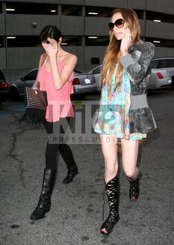 Ali Lohan, Dina Lohan, Lindsay Lohan - Los Angeles - 08-04-2009 - Lindsay Lohan ha un attacco di panico all'aeroporto