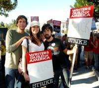 Joshua Gomez, Sarah Lancaster, Zachary Levi - Universal City - 14-11-2007 - Il sindacato degli attori arriva a un accordo coi produttori