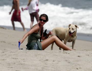 Gisele Bundchen - Malibu - 24-07-2005 - Anche i VIP in spiaggia con i fidati amici a quattro zampe