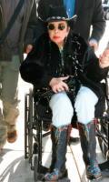 Elizabeth Taylor - West Hollywood - 20-12-2008 - Elizabeth Taylor chiede le preghiere dei fan per un intervento al cuore