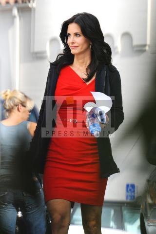 Courteney Cox - Los Angeles - 05-11-2009 -  Courteney Cox interrompe le riprese di Cougartown per un affare di famiglia