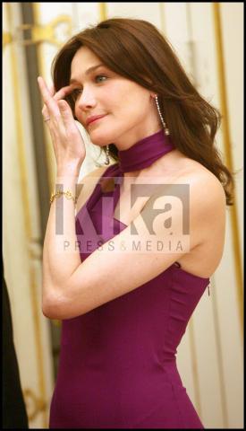 Carla Bruni - Los Angeles - 23-11-2009 - Carla Bruni da forfait a Cannes. Sempre più realistica l'ipotesi della sua gravidanza