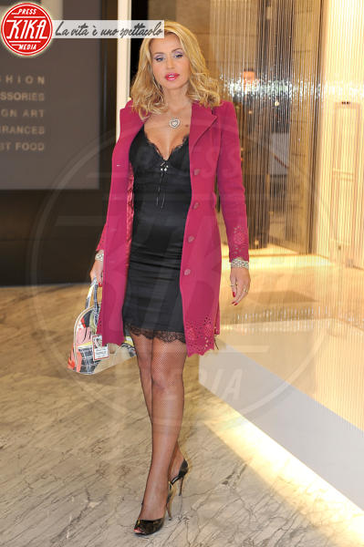 Valeria Marini - Roma - 03-12-2009 - L'inverno è più romantico con il cappotto rosa!