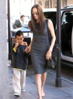 Angelina Jolie - Los Angeles - 17-01-2010 - Madonna generosa con la figlia