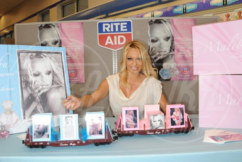 Pamela Anderson - Ardmore - 24-01-2010 - Profumo di star: Katy Perry comanda la fila