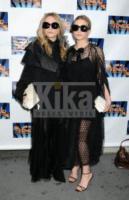 Mary-Kate Olsen, Ashley Olsen - New York - 05-04-2010 - Le gemelle Olsen stufe dell'attenzione dei paparazzi