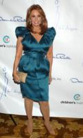 Raquel Welch - Los Angeles - 19-04-2010 - Gina Gershon sarà Donatella Versace nel biopic House of Versace