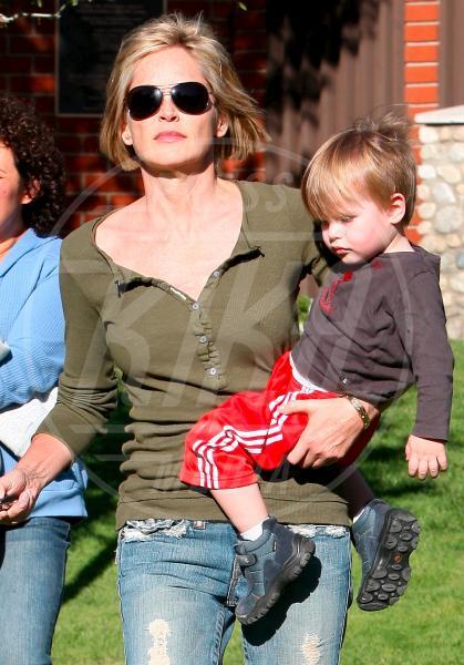 Roan, Sharon Stone - Malibu - 26-04-2010 - Reggiseno? No grazie, le star lasciano intravedere tutto