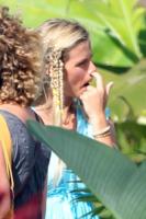 Brooklyn Decker Roddick - Maui - 06-05-2010 - Star come noi: beccati con le dita nel naso!
