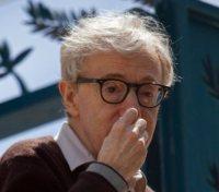 Woody Allen - Cannes - 15-05-2010 - Star come noi: beccati con le dita nel naso!