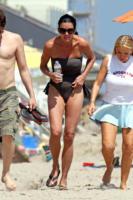 Janice Dickinson - Malibu - 31-05-2010 - Spaggia: l'alternativa al bikini. Costume intero o trikini?