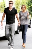 Liam Hemsworth, Miley Cyrus - Toluca Lake - 08-06-2010 - Miley Cyrus regala un cucciolo a Liam Hemsworth