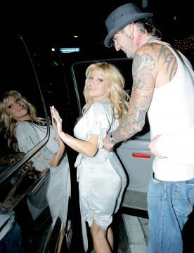 Tommy Lee, Pamela Anderson - West Hollywood - 20-12-2005 - Non c'è due senza tre... star dal SI' facile