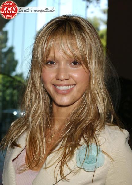 Jessica Alba - Beverly Hills - 30-04-2004 - Essere bionda o essere mora? Questo è il dilemma!