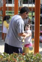 Adam Sandler gioca con la figlia Sunny in attesa della pizza