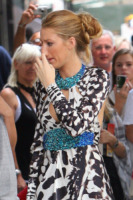 Blake Lively - New York - 15-07-2010 - Star come noi: beccati con le dita nel naso!