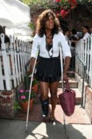 Serena Williams - 26-07-2010 - Star come noi: che scomode queste stampelle!