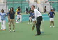 David Cameron, Kelly Holmes - Nuova Delhi - 29-07-2010 - Cameron lascia le acque agitate della politica per il bodyboard