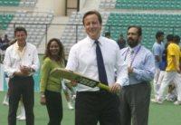 David Cameron - Nuova Delhi - 29-07-2010 - Cameron lascia le acque agitate della politica per il bodyboard